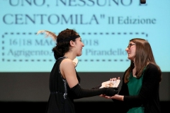 Chiara-feletti-premiata-da-una-maschera-Pirandelliana-di-Luna-Pazza-produzione-Teatro-Pirandello