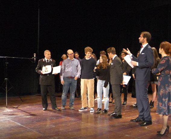 """Primo premio a """"L'eresia catara"""" di  Emma Contreras Ruiz e Leandro Andreoli. Sul palco del Teatro Pirandello di Agrigento la consegna del riconoscimento all'Istituto Amaldi di Barcellona"""