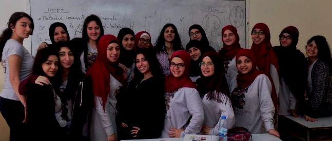 Mona Rizk , al centro, con le studentesse del liceo di Beirut  vincitore del 3° premio nel 2017