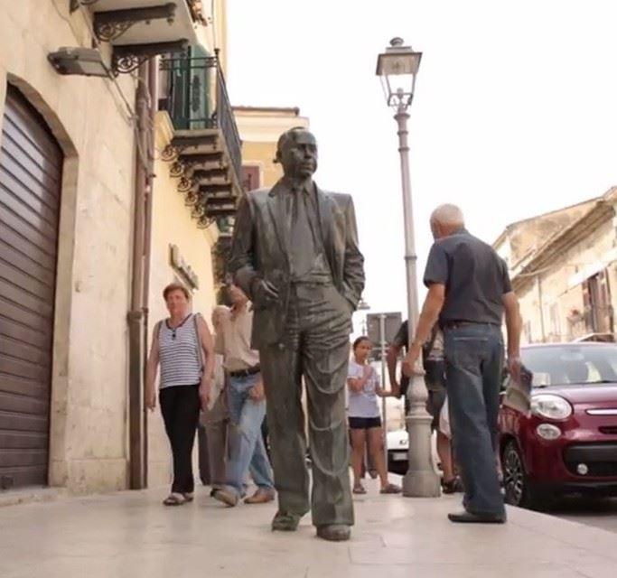 La statua di Leonardo Sciascia a Racalmuto