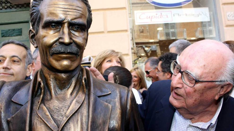 Andrea Camilleri osserva la statua del Commissario Montalbano di Giuseppe Agnello