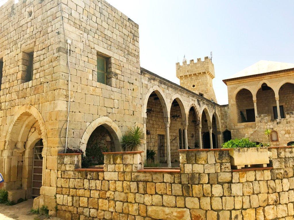 Un monumento di Sarba, 65 km da Beirut