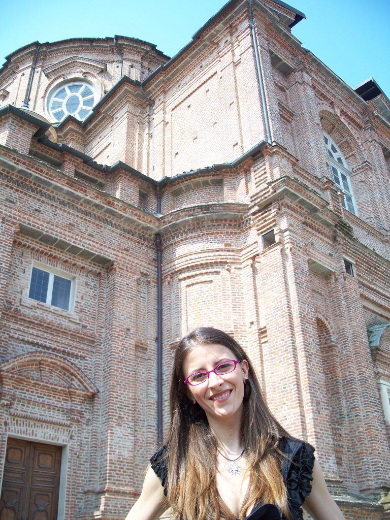 La professoressa Francesca Gnan  con dietro uno scorcio della Reggia di Venaria