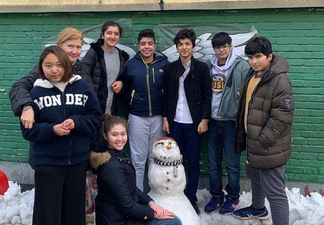 I ragazzi della Scuola Italiana di Teheran con la loro insegnante - foto pre-Covid 19 in basso un pupazzo di neve