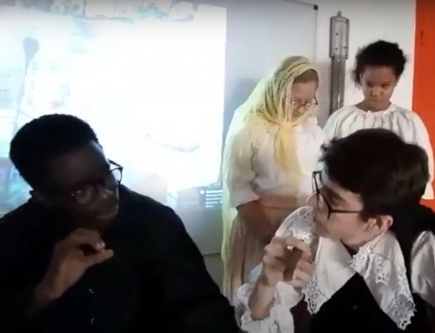 IIS di Lagos , un momento della rappresentazione, due protagonisti a confronto e sullo sfondo le due alunne interpretano le donne della novella