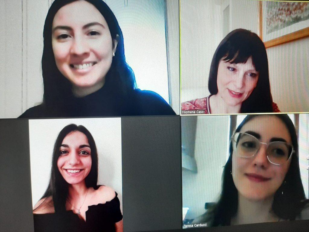 Immagine di video conferenza. La prof. Filomena Caso, in alto a dx, con le sue allieve autrici dei due elaborati lo scialle nero e il fumo