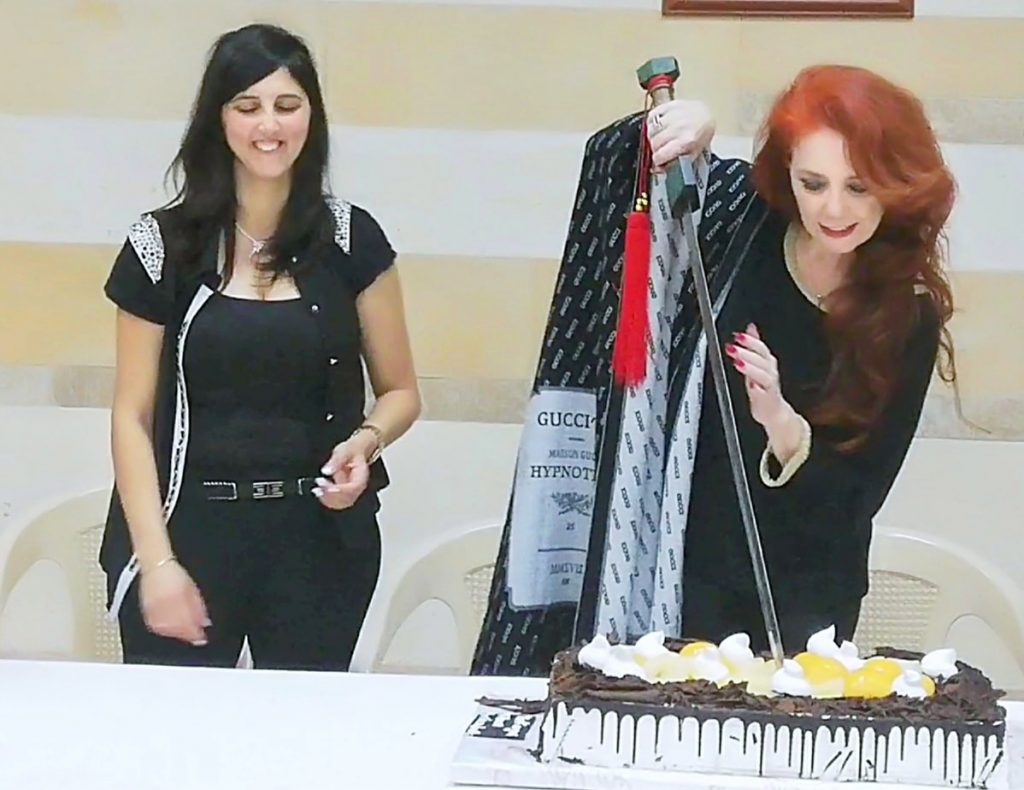 Laura Allegrini taglia una torta a lei dedicata a Sarba, in occasione di un evento dedicato a Pirandello e alle relazioni culturali tra il Libano e l'Italia