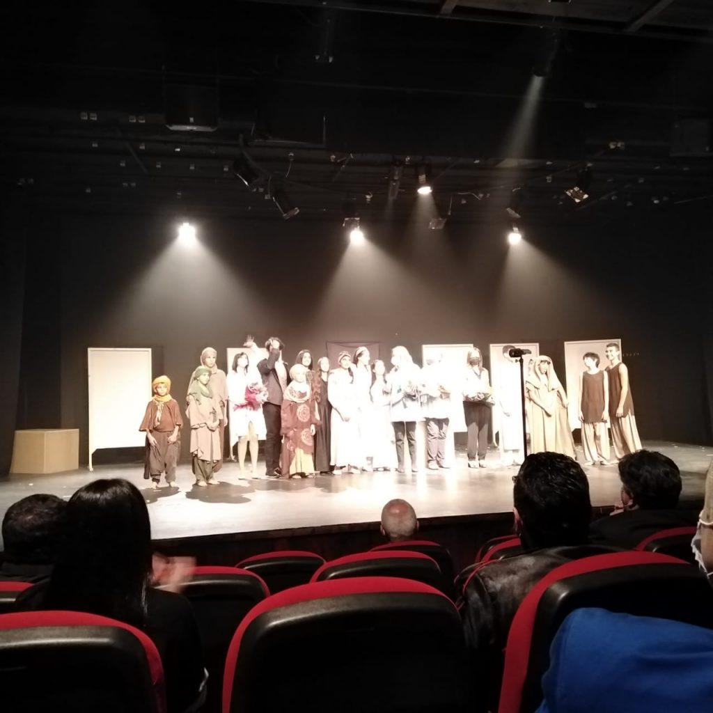 Ringraziamenti al termine dello spettacolo, sul palco gli interpreti, le autorità e la professoressa Mona Rizk